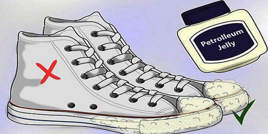 Sử dụng vaseline để làm sạch giày trắng